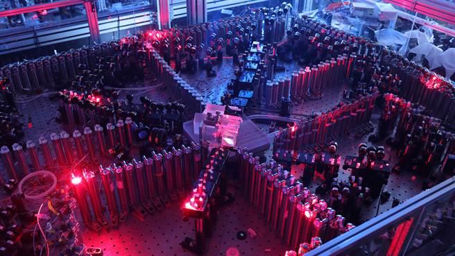 大陆中国科技大学宣布该校潘建伟等人成功构建76个光子的量子计算原型机「九章」,求解高斯玻色取样只需200秒,号称速度较谷歌量子电脑快百亿倍。图为光量子干涉实物图。(图/新华社)