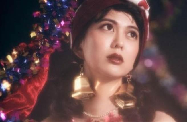 白癡公主近日在IG發出一組朦朧感的聖誕寫真,傲人的美胸瞬間引起網友們熱議。(圖/IG@87acup)