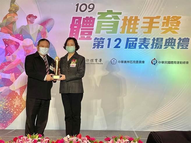 中華奧林匹克委員會林鴻道主席(左)頒發「體育推手獎」予集保結算所,由景廣俐副總經理(右)代表領獎。圖/集保提供