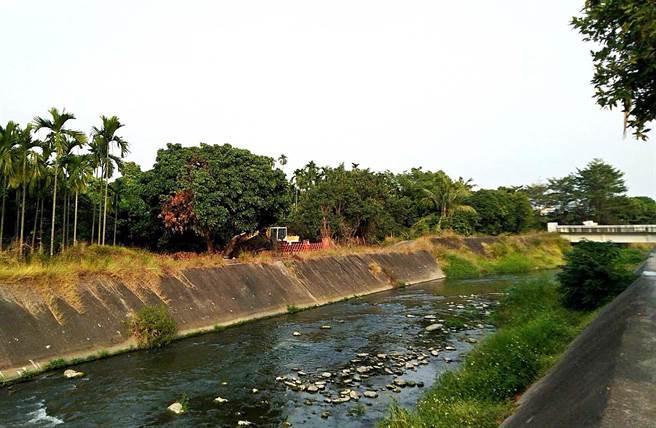 潮州鎮明年初開始興建汙水下水道系統,水資中心(汙水處理廠)將蓋在怪手處,完工後將能大幅改善民治溪汙染情形。(潘建志攝)