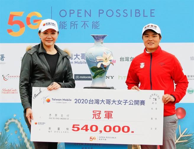 台灣大哥大副總經理劉麗惠(左)把冠軍獎金支票頒贈給錢珮芸。(樺暉整合行銷顧問有限公司提供)