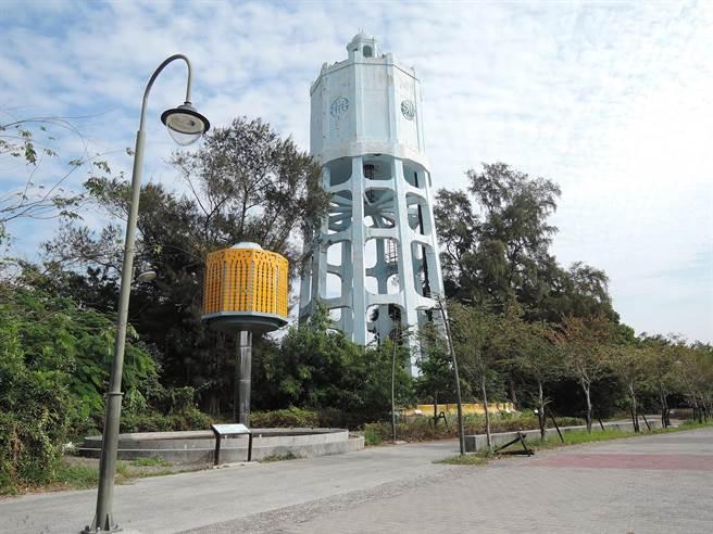 嘉義縣定古蹟「朴子水塔」旁的裝置藝術品斥資180萬元,卻長期被閒置。(張毓翎攝)