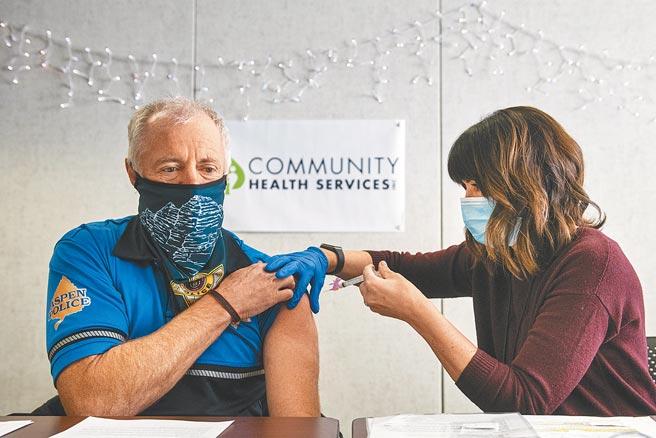 醫師指出,台灣沒有疫情,新冠疫苗定位應是「旅遊疫苗」,政府的優先施打名單,必須是因為工作、商業旅遊、留學者,而非醫護與政府官員,無論是公費或是自費,都應保留數量給出國需求者,圖為國外接種疫苗示意圖。(美聯社)