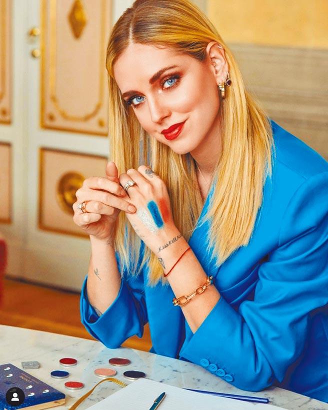 Chiara Ferragni攜手蘭蔻推出聯名彩妝,以藍色為主色調。(翻攝自Chiara Ferragni IG)