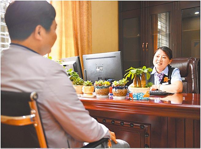 大陸客戶諮詢銀行業務。(新華社資料照片)