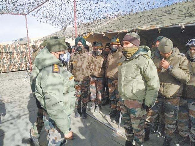 12月23日,印度陸軍參謀長納拉萬(MM Naravane,圖左戴迷彩口罩者)至列城視察印度邊境駐軍。(取自印度武裝部隊官方推特)