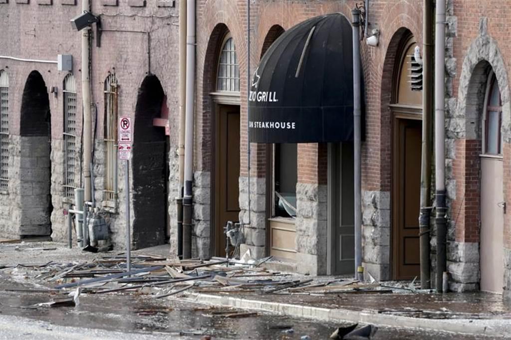 爆炸威力波及周遭建築物,到處一片狼藉。(圖/美聯社)