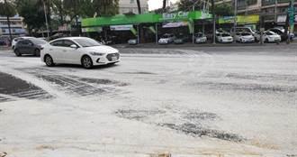 滿載油漆遭追撞路面被漆成一片雪白 網問:「迎聖誕老公公嗎?」