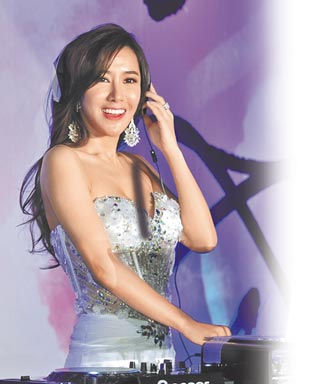 Top1 女星遭報復「17張自摸豔照」流出 痛哭揭被脫衣驗胸