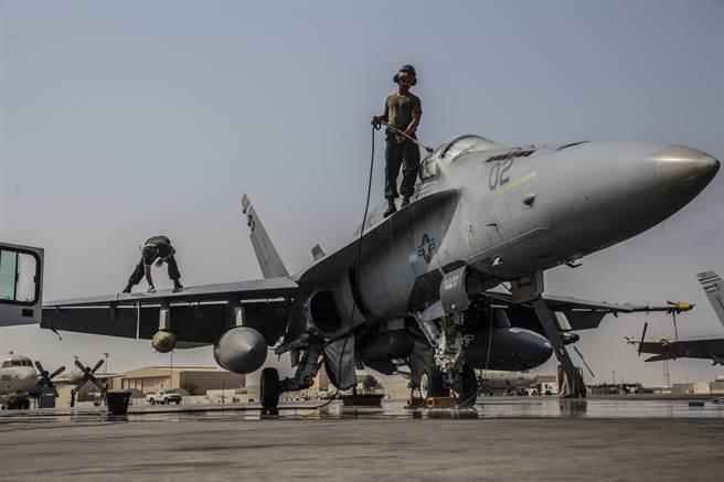 通用電氣獲得美海軍2.2億美元合約,為F/A-18生產發動機。圖為美陸戰隊F/A-18。(圖/DVIDS)
