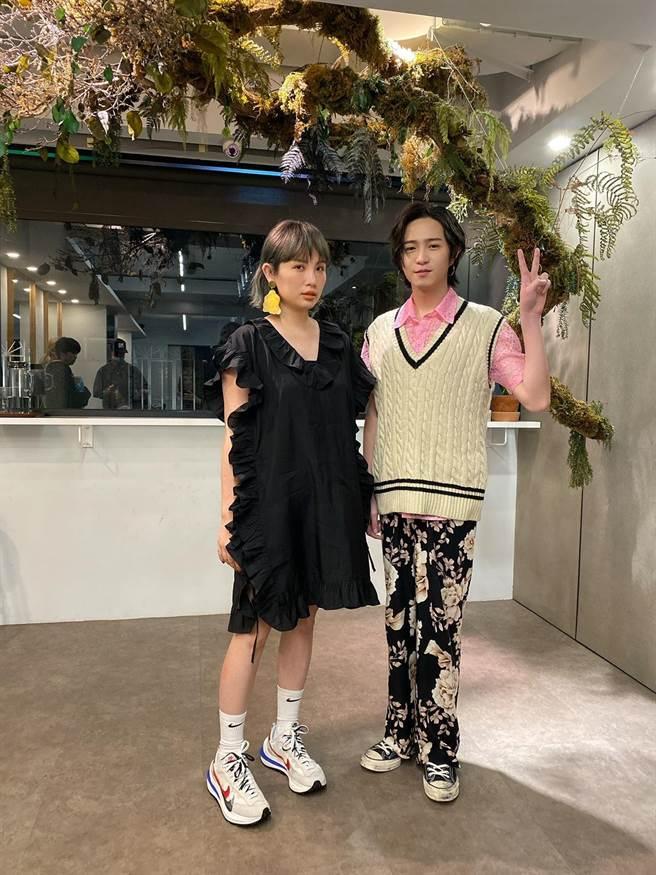 魏如萱(左)和師弟許含光在後台合照。圖/MTV娛樂台提供