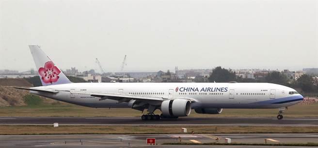 華航CI82班機明晚搭載120名旅客從倫敦飛抵桃園機場,旅客下機後將搭乘專車前往集中檢疫處所,全程不會與其他旅客接觸。(范揚光攝)