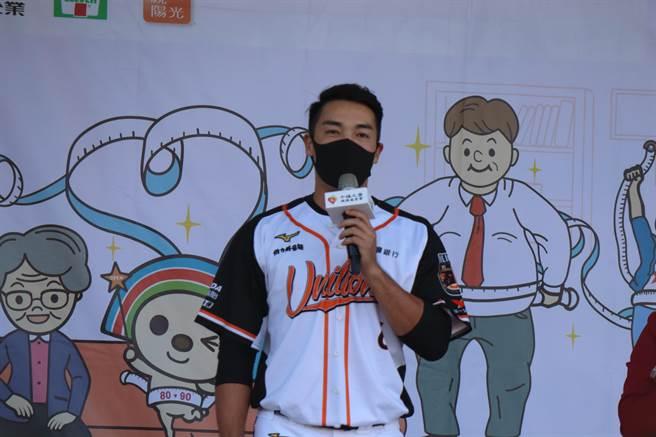 台南市佳里區仁愛國小舉行64周年校慶活動,統一獅球星唐肇廷到校同樂。(劉秀芬攝)