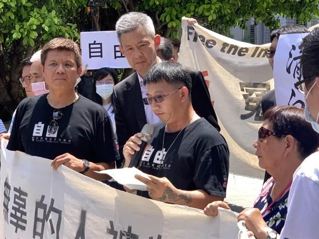 謝志宏今年6月獲判無罪定讞,在法院門口感謝各方聲援。(本報資料照/程炳璋台南傳真)
