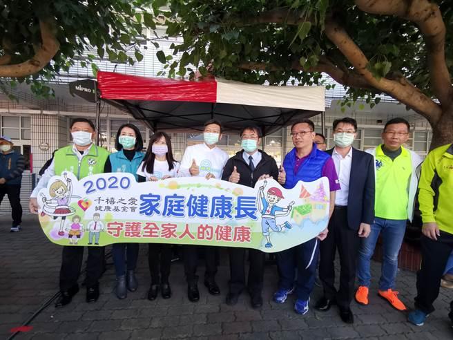 台南市佳里區仁愛國小舉行64周年校慶活動,市長黃偉哲(左五)一早也到場祝賀。(劉秀芬攝)