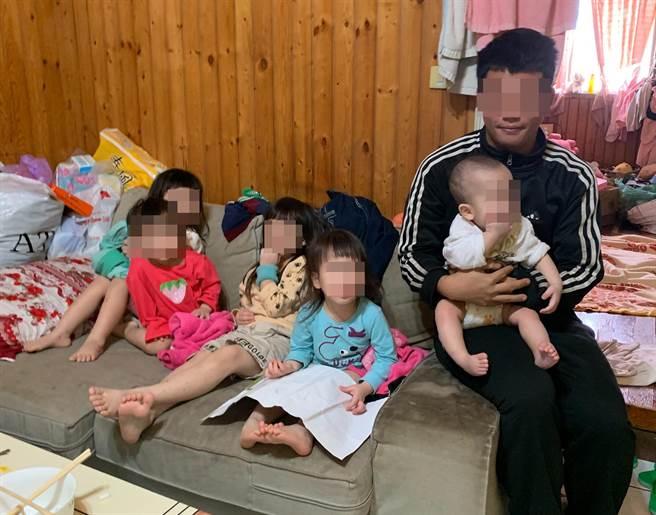 有5個小孩27歲的江姓年輕爸爸,平安夜在臉書PO文因孩子發燒,沒錢看醫生要賣嬰兒推車籌錢,引起社福等單位的關注。(台中市行善團協會提供)