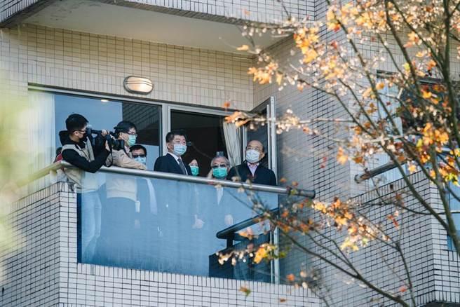 行政院長蘇貞昌(右一)26日在衛福部長陳時中(前右四)陪同下,視察位於新北市新店的烏來檢疫所,並慰問所內的防疫人員。(郭吉銓攝)