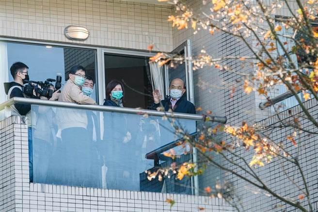 行政院長蘇貞昌(右一)26日在衛福部長陳時中(前右三)陪同下,視察位於新北市新店的烏來檢疫所,並慰問所內的防疫人員。(郭吉銓攝)