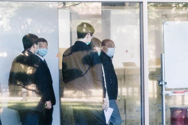 行政院長蘇貞昌(中右)26日視察烏來檢疫所,由衛福部長陳時中(左)陪同,慰問防疫人員辛勞。(郭吉銓攝)