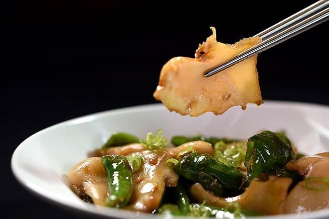 為開拓新客層,最老字號台菜餐廳〈青葉〉重新復業推出不少新菜,圖為帶點川味的〈尖椒螺片〉。(圖/姚舜)