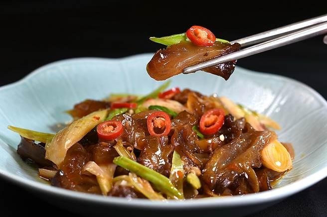 〈青葉〉菜單上的新菜品〈蒜苗炒牛筋〉,牛筋必須滷煮至入味後再與蒜苗一起快火熱炒,是一道開胃下飯的菜式。(圖/姚舜)