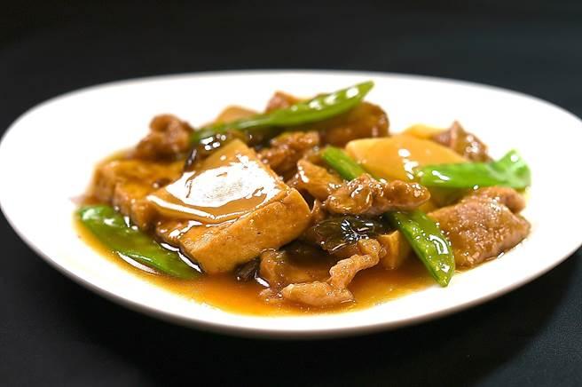 〈紅燒豆腐〉是用青葉食品公司出品的「青葉花瓜」和「青葉麵筋」,搭配豆腐和筍片一起烹製,是「根正苗紅」的〈青葉〉獨家菜品。(圖/姚舜)