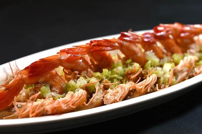 〈蒜蓉蒸蝦〉已跨越菜系籓籬出現在許多餐廳菜單上,〈青葉〉廚師演繹這道菜,形色味皆不俗。(圖/姚舜)