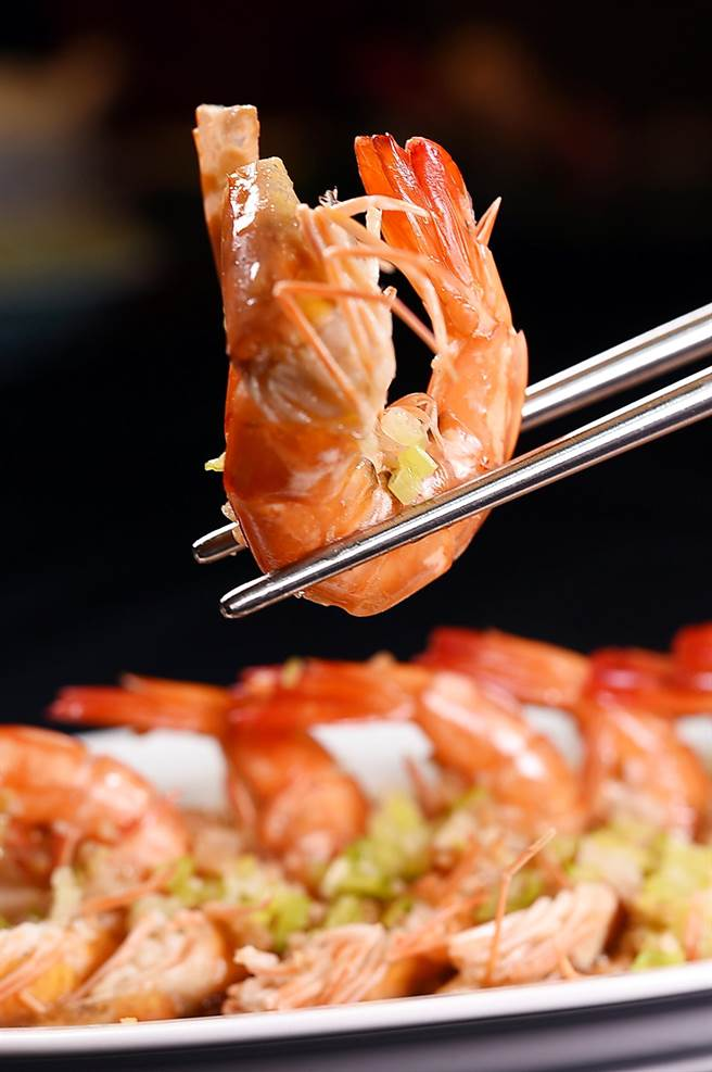 〈青葉〉的〈蒜蓉蒸蝦〉是以體型較大的草蝦入饌,吃來較有「肉感」。(圖/姚舜)