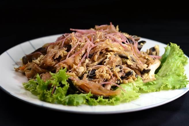 〈桂花魚翅〉是台菜經典老菜,也是費工手路菜,〈青葉〉菜單上仍有這道菜。(圖/姚舜)