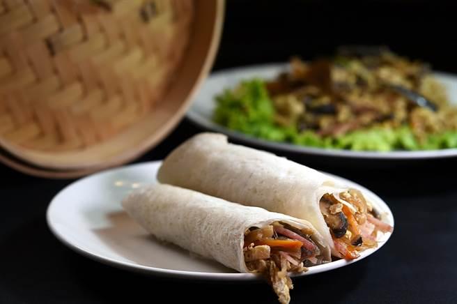 聽從股東楊麗花建議,〈青葉〉出〈桂花魚翅〉這道菜時會附上現蒸潤餅皮,客人可以包捲食材入餡,享受一菜二吃食趣。(圖/姚舜)