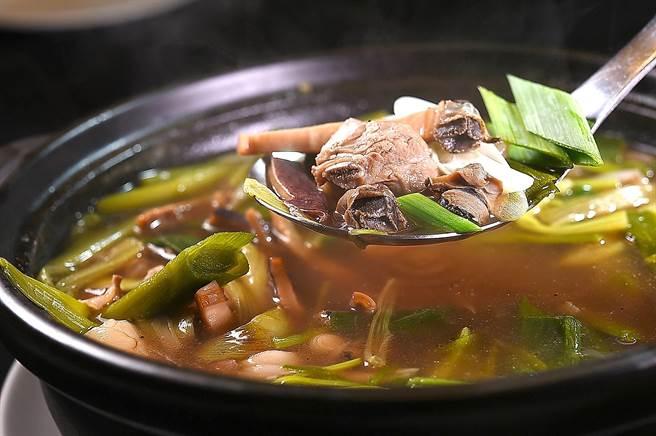 〈青葉〉的〈魷魚螺肉蒜〉的螺肉是採日本雙龍牌,肉汁甘甜且肉質彈牙光滑。(圖/姚舜)