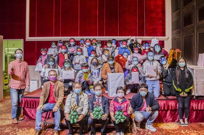 台南市南科贊美酒店向房客及社會大眾為弱勢學童募集耶誕禮物,26日舉行贈送儀式,邀請50名弱勢童享用耶誕大餐。(劉秀芬攝)