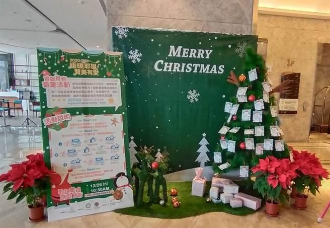 台南市南科贊美酒店將弱勢學童耶誕禮物許願卡掛在耶誕樹上,酒店旅客看了熱情贊助。(南科贊美酒店提供/劉秀芬台南傳真)