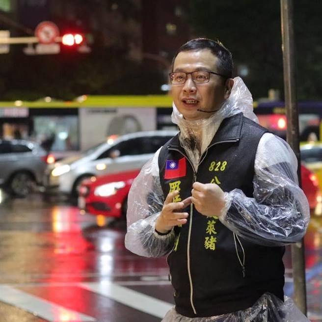 台北市議員羅智強投入街講,積極與市民面對面互動,並說明時政。(取自羅智強臉書/李侑珊台北傳真)