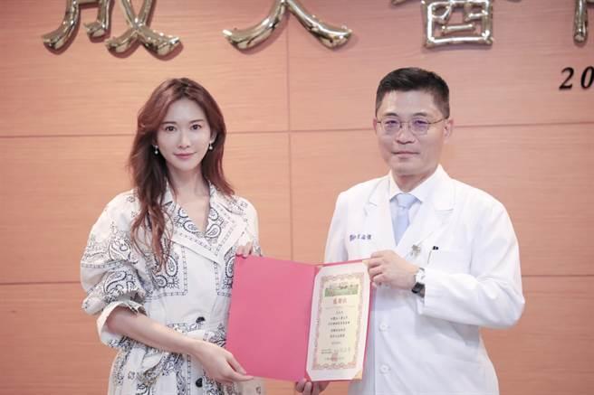 林志玲出席「高齡智慧醫療推動基金」捐贈儀式。右為成大醫院院長沈孟儒。(成大醫院提供)