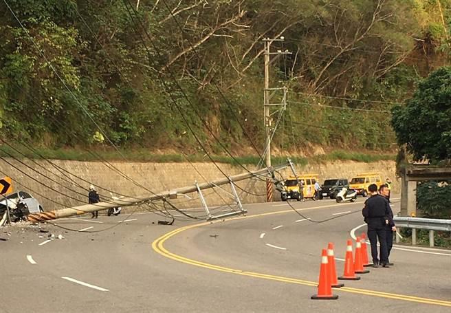台三線一根電桿疑遭攔腰撞斷,橫躺於路面。(翻攝照片/莊旻靜新竹傳真)