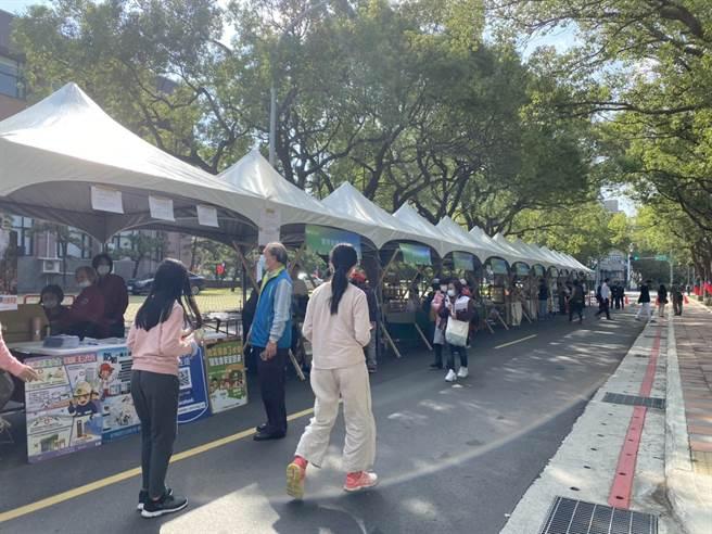 新竹縣地方創生成果展26日在新竹縣政府旁的縣政五街封街展示,透過市集呈現地方創生的創意及成果。(莊旻靜攝)