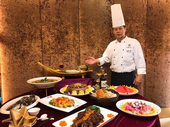 台中兆品酒店行政主廚張俊隆憑藉擅長台粵菜色的料理經驗,並融合中西式手藝,提供桌宴型不同菜色選擇。(台中兆品酒店提供)