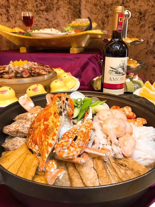 花蟹肉質細膩與海鮮等豐富配料佐以日式柴魚湯頭的「花蟹海味鍋」。(台中兆品酒店提供)