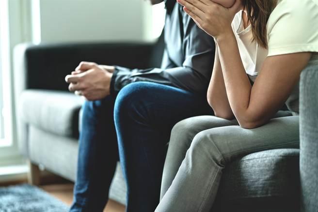 女子發現大學系主任穿內衣躲在爸爸房間的衣櫃內,系主任還對她說「總成績加10分」。(示意圖/達志影像/Shutterstock提供)