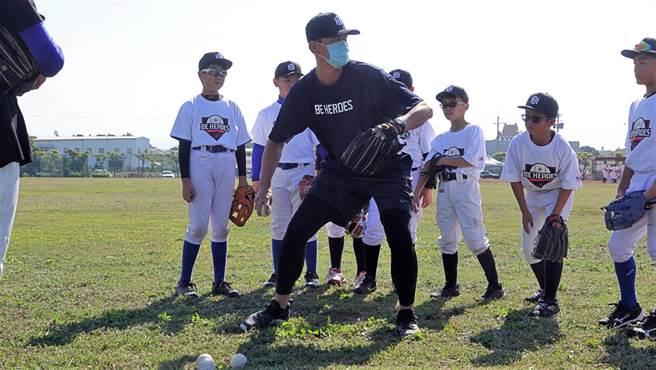 王建民(中)領軍豪華教練團,他也相當親力親為指導小球員。(BE HEROES提供)