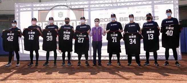 彰化縣政府致贈特製球衣給豪華教練團。(BE HEROES提供)