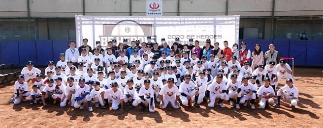 BE HEROES棒球訓練營今天於彰化縣永靖棒球場熱鬧開訓,全場大合影。(BE HEROES提供)