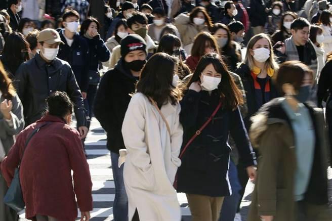 日本東京都澀谷購物區26日人潮眾多。(美聯社/共同社提供)