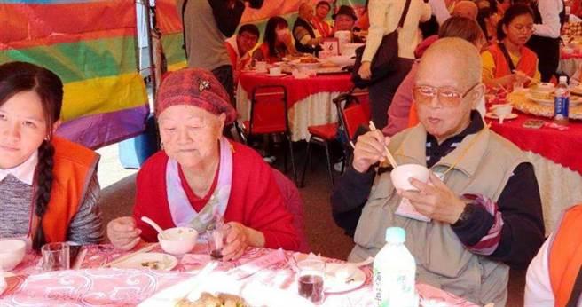 72歲吳阿公努力抗癌,20年未吃圍爐團圓飯,參加弘道圍爐餐活動很開心。(圖/弘道基金會提供)
