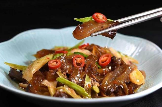 〈青葉〉菜單上的新菜品〈蒜苗炒牛筋〉,牛筋必須滷煮至入味後再與蒜苗一起快火熱炒,是一道開胃下飯的菜式。(圖/工商時報姚舜攝)