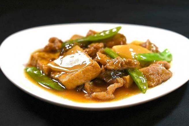 〈紅燒豆腐〉是用青葉食品公司出品的「青葉花瓜」和「青葉麵筋」,搭配豆腐和筍片一起烹製,是「根正苗紅」的〈青葉〉獨家菜品。(圖/工商時報姚舜攝)