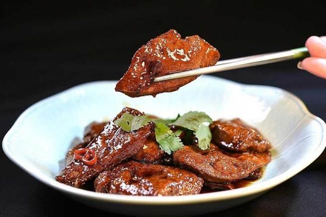 〈青葉〉招牌菜之一〈香煎豬肝〉,醬汁中加了柴魚湯等日本調味元素,所以入味帶有甜味。(圖/工商時報姚舜攝)