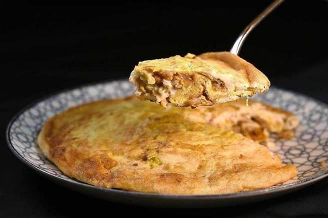 〈青葉〉招牌菜〈菜脯蛋〉的烹製工藝在業界享有盛名,外皮酥香、裡層柔軟潤滑,並可清楚咀嚼宜蘭菜脯的甘味。(圖/工商時報姚舜攝)