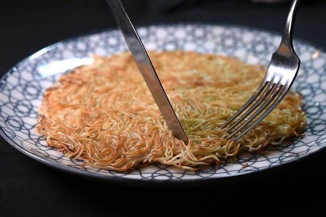 〈青葉〉的〈苦茶油麵線〉既非「拌」、也非「炒」,而是將麵線煎香後以苦茶油提味,呈盤時形色有點像潮州〈兩面黃〉,展現廚師的耐心,是誠意十足的菜品。(圖/工商時報姚舜攝)